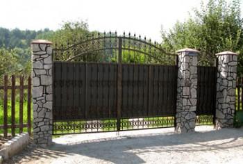 Красивые распашные металлические ворота