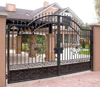 Ворота железные распашные - на фоне частного дома