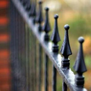 Изготовленный металлический забор - черный